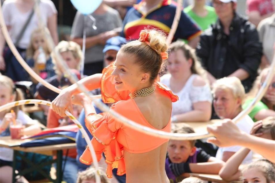 Akrobatisches Die Artistenschule Coswig präsentierte sich auf der Bühne an der Elbe.