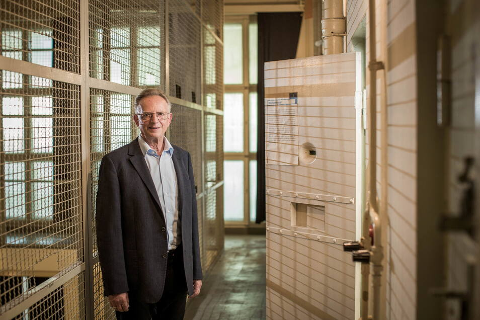 """""""Freiheit ist nicht selbstverständlich"""": Noch immer führt Herbert Wagner Besucher durch das frühere Stasi-Gefängnis an der Bautzner Straße."""