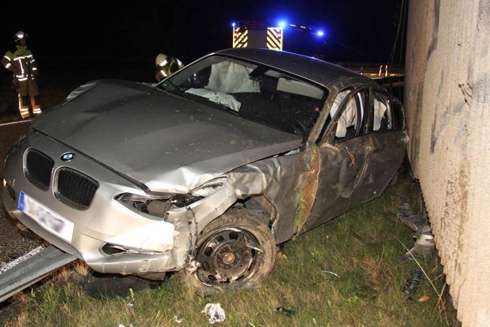 Trotz Überschlags, einer Kollision mit einem Warnschild und dem Einschlag in eine Schallschutzwand wurden die beiden nur leicht verletzt.