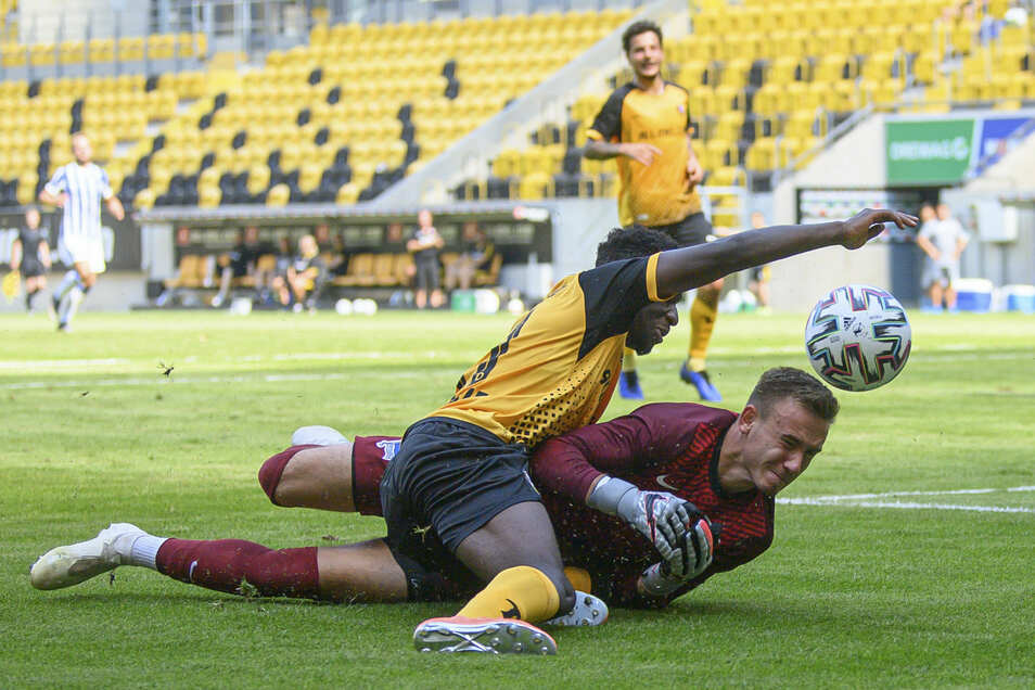 Neuzugang Agyemang Diawusie bekam bei seinem Dynamo-Debüt 45 Minuten Einsatzzeit - und bereitete prompt das 1:0 vor. Hier liefert er sich einen Zweikampf mit Hertha-Torwart Florian Palmowski.