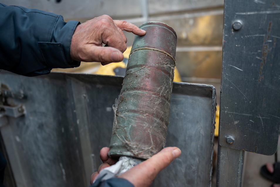 Eine der geborgenen Zeitkapseln aus der Turmkugel. Ihr Geheimnis im Inneren wird erst später gelüftet.