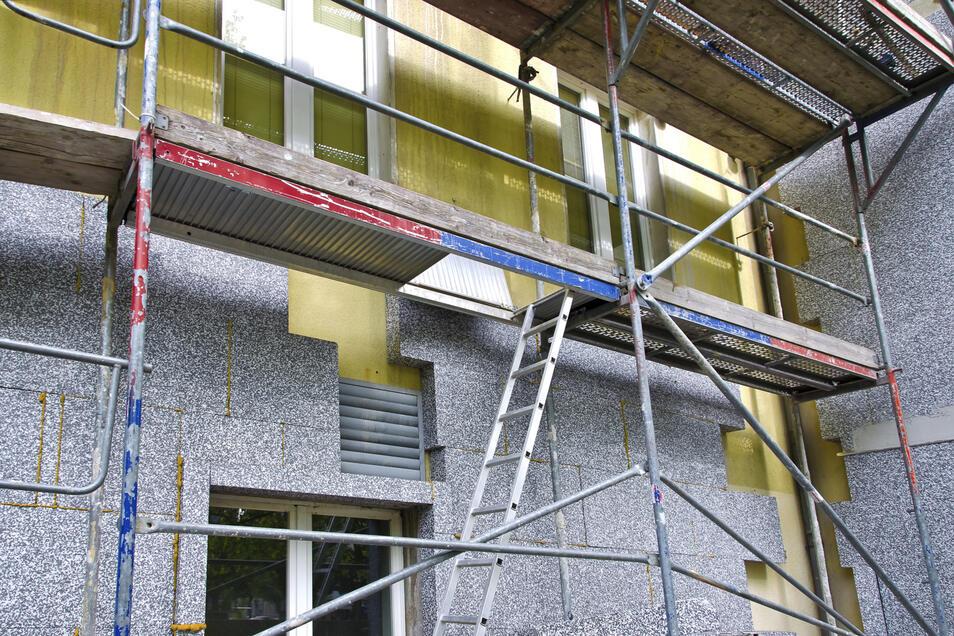 Zusätzliche Wanddämmung ist notwendig, wenn die Fassade zu viel Wärme abgibt.