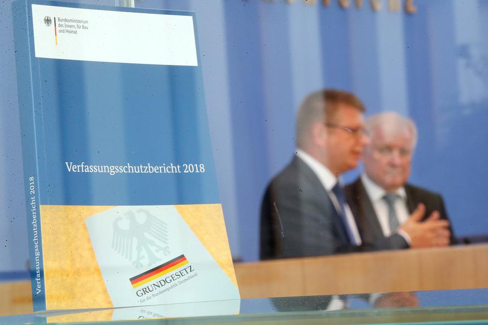 Horst Seehofer und Thomas Haldenwang haben den Verfassungsschutzbericht vorgestellt.