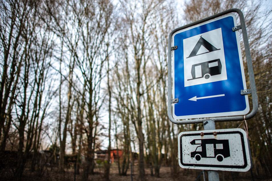 Ein Hinweisschild zum Campingplatz Eichwald. Hinten sieht man die Rote Hütte des mutmaßlichen Täters.
