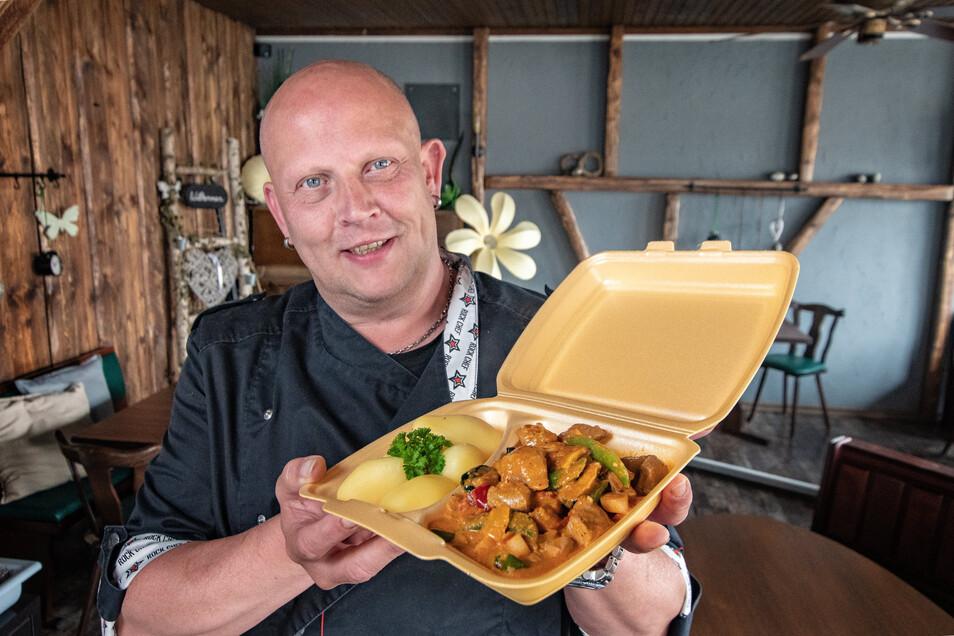 """Führt das Waldheimer Restaurant """"Albi's Petrol Corner Part 2"""" nicht nur als Wirt, sondern steht auch selbst als Koch in der Küche: Thomas Albert, der sein """"Räubergeschnetzeltes"""" präsentiert."""