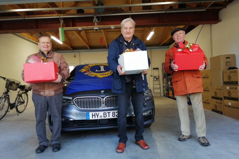 Auf dem Bild zu sehen sind die Hoyerswerdaer Lions-Freunde Thomas Delling, Günter Scholz und Klaus Haupt (von links nach rechts im Bild) mit Weihnachtspaketen.