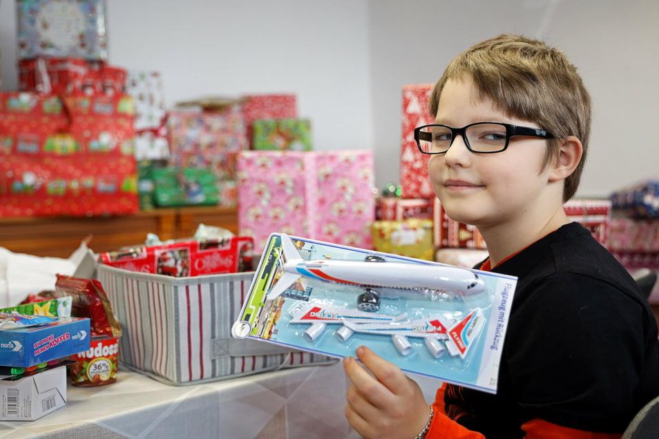 Der achtjährige Stenley durfte schon vor dem 2. Advent sein Päckchen öffnen.