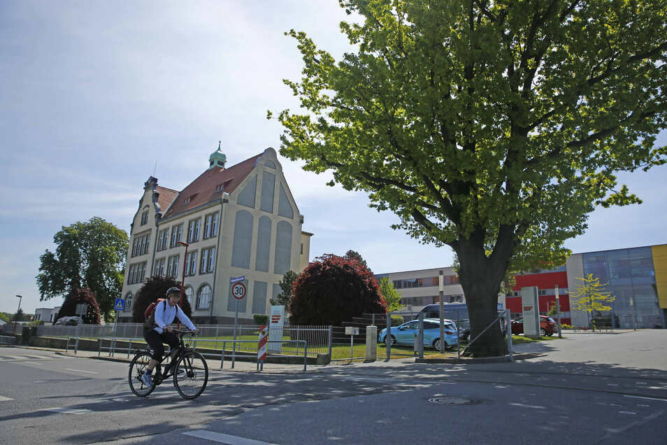 Immer mehr Schüler wollen aufs Großröhrsdorfer Gymnasium. Deshalb wird bis Schuljahresende erweitert - mit Containern.