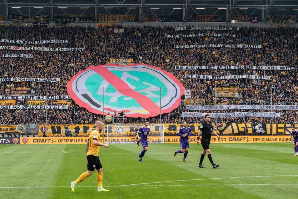 Dynamos Fans zeigen beim 2:1-Derbysieg gegen Erzgebirge Aue mehrere Spruchbänder. Calmund kann den Frust der Fans verstehen. Gewalt, Rassismus sowie primitive, bösartige Beleidigungen sind für ihn aber absolut nicht tolerierbar.