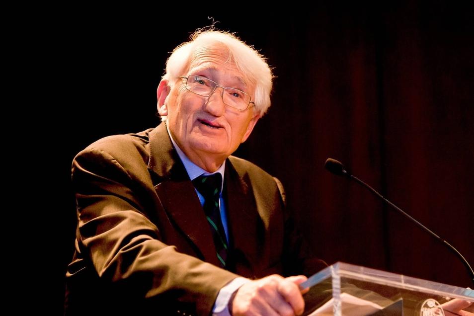 Reden, zuhören, diskutieren – das ist das Lebenselixier des Philosophen Jürgen Habermas. Derzeit arbeitet er an seinem neuen Buch über Glauben und Wissen, das 1 700 Seiten dick werden soll.