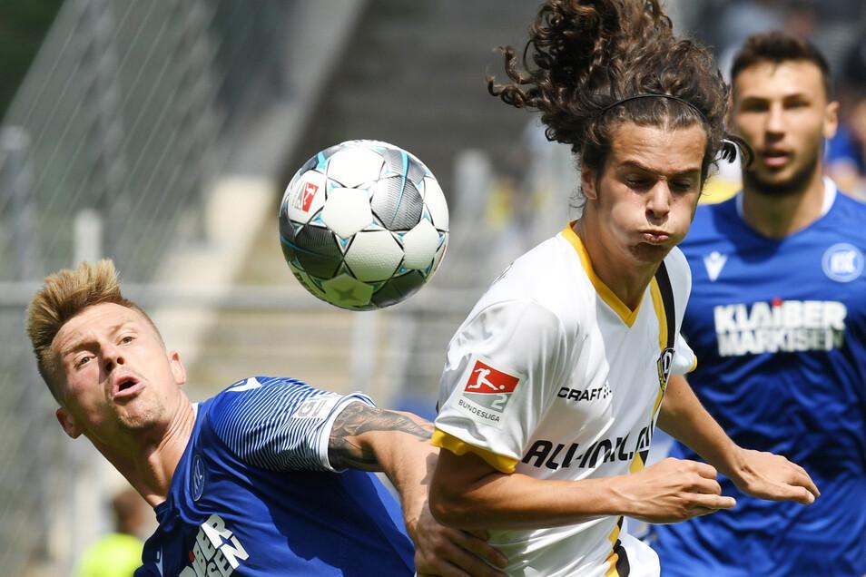 Der Karlsruher Marvin Pourie (l.) und der Dresdner Matthäus Taferner kämpfen um den Ball.