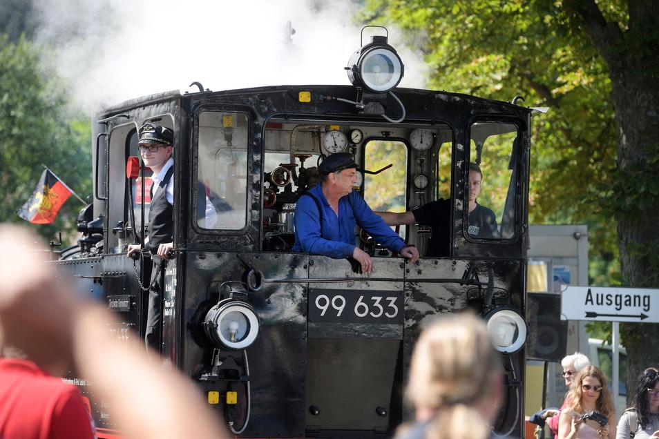 Die weitgereisten Gäste aus Oberschwaben im Führerstand ihrer Lok, Nik Lasman und Thomas Guter. Phiipp Beckel war als einheimischer Lotse auf der Lok (v.l.).