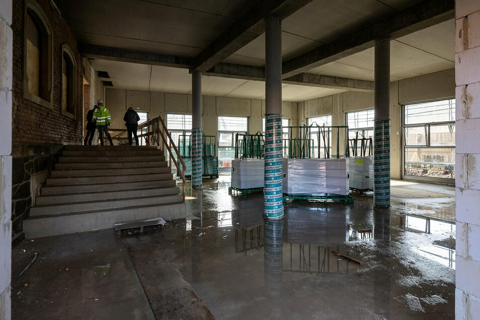 Der Eingangsbereich führt in ein großes Foyer mit Übergang in den zukünftigen Mehrzwecksaal. Dieser ist zugleich die Kantine der Oberschule.