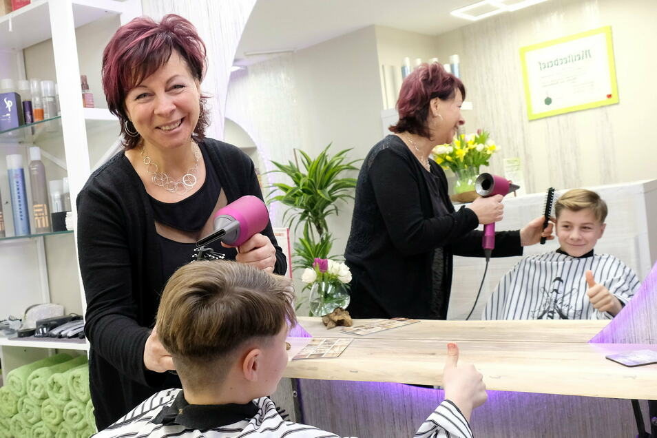 Weil sie ihren Haarsalon wegen Corona noch nicht öffnen darf, ist Petra Kaisers zehnjähriger Sohn William als Model für das Foto eingesprungen.