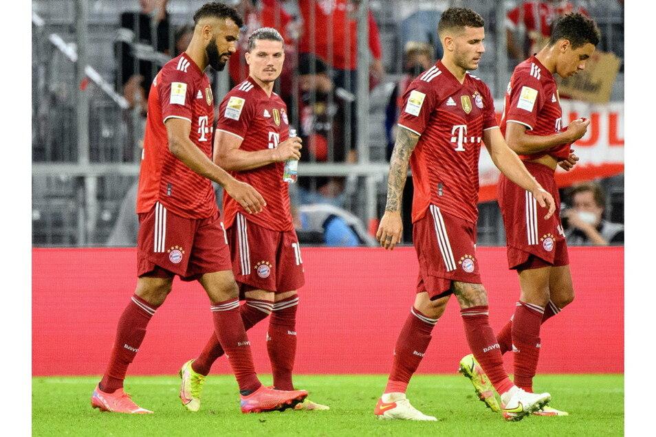Enttäuschte Münchner schleichen nach der ersten Pflichtspielpleite unter Trainer Julian Nagelsmann vom Platz.