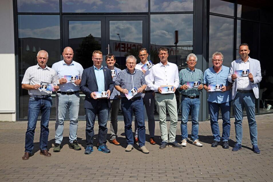 Viele Akteure – ein Ziel: Etliche Gemeindechefs, Wirtschaftsvertreter und die Sprecher des Riesaer Wirtschaftsforums Matthias Mückel (l.) und Kurt Hähnichen (3.v.r.) wollen, dass die Bundesstraßenprojekte in der Region vorankommen.