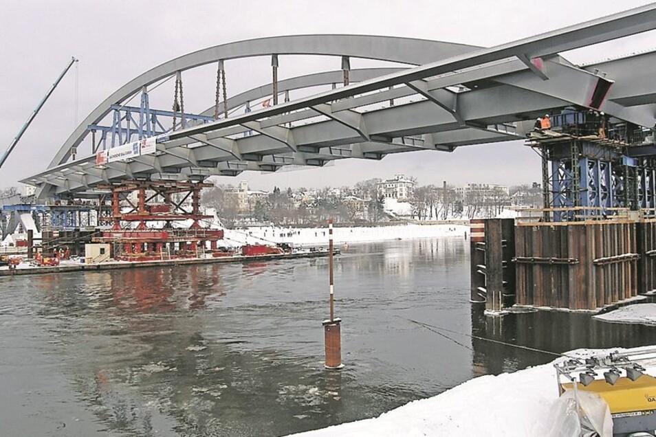 Der schwimmende Brückenbogen ist am 19. Dezember 2010 in der Lücke angekommen. Die holländische Montagefirma Mammoet wartet noch heute auf die Zusatzkosten von 108000 Euro.