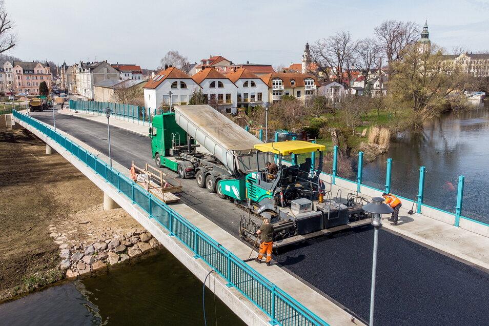 Am Freitag wurde die letzte Asphaltschicht auf die Brücke Schillerstraße aufgebracht. Bis zur Eröffnung im Mai sind nur noch Restarbeiten zu erledigen.