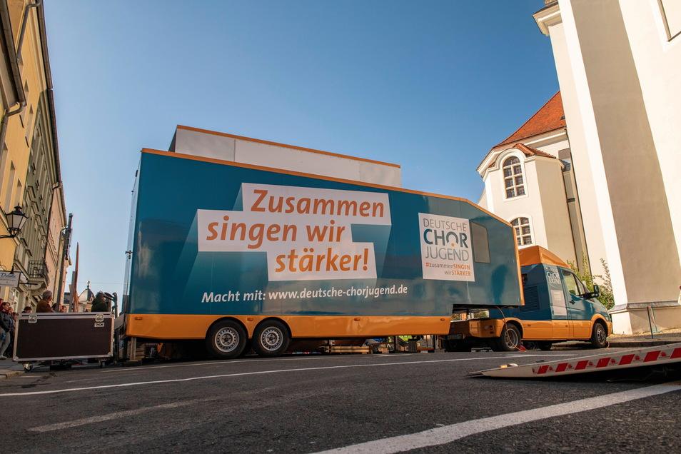 Der Singbus mit Bühne der Deutschen Chorjugend am Kirchplatz.
