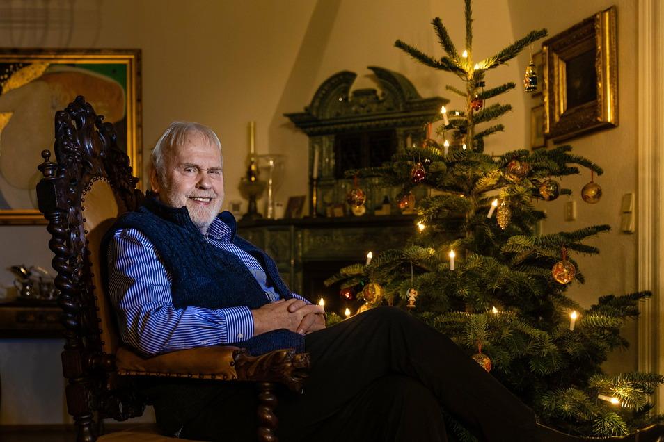 """Fürs Foto hat Gunther Emmerlich schon mal den Baum aus dem kalten Wintergarten in die gute Stube geholt: """"Ein bisschen Vorfreude dürfte ja in diesen Tagen nicht schaden."""""""