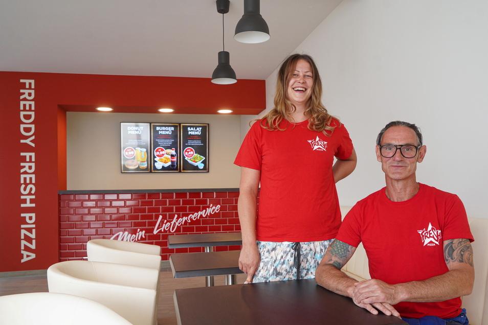 Sarah-Isabell Jurk, Geschäftsführerin von Freddy Fresh in Bautzen, und ihr Mitarbeiter Mario Peuker freuen sich über die neuen, größeren Räume für ihren Pizzaservice an der Dresdener Straße.