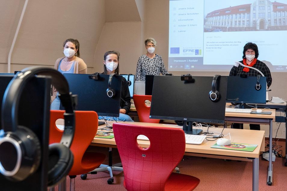 Andrea Skuras (3.v.l.) mit drei ihrer Kolleginnen der Diesterwegschule. Zu den Herausforderungen der Pandemie-Zeit kommen noch die personellen Sorgen, mit denen sie wie viele andere Schulen auch zu kämpfen haben.