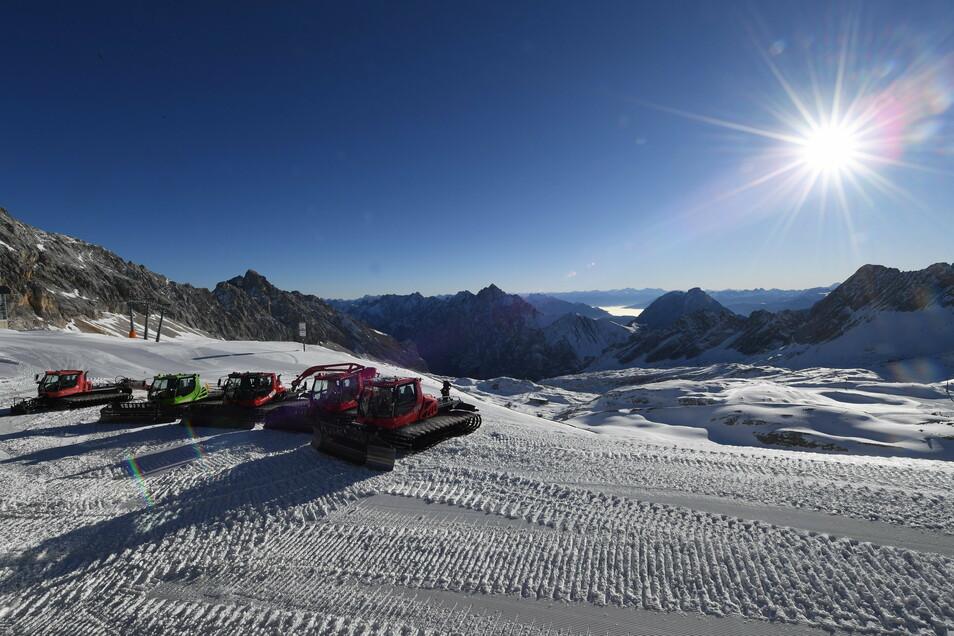 Pisteraupen warten im geschlossene Skigebiet auf der Zugspitze auf ihren Einsatz. Die Skigebiete sind vorbereitet, aber wegen der Pandemie haben sie keine Gäste.