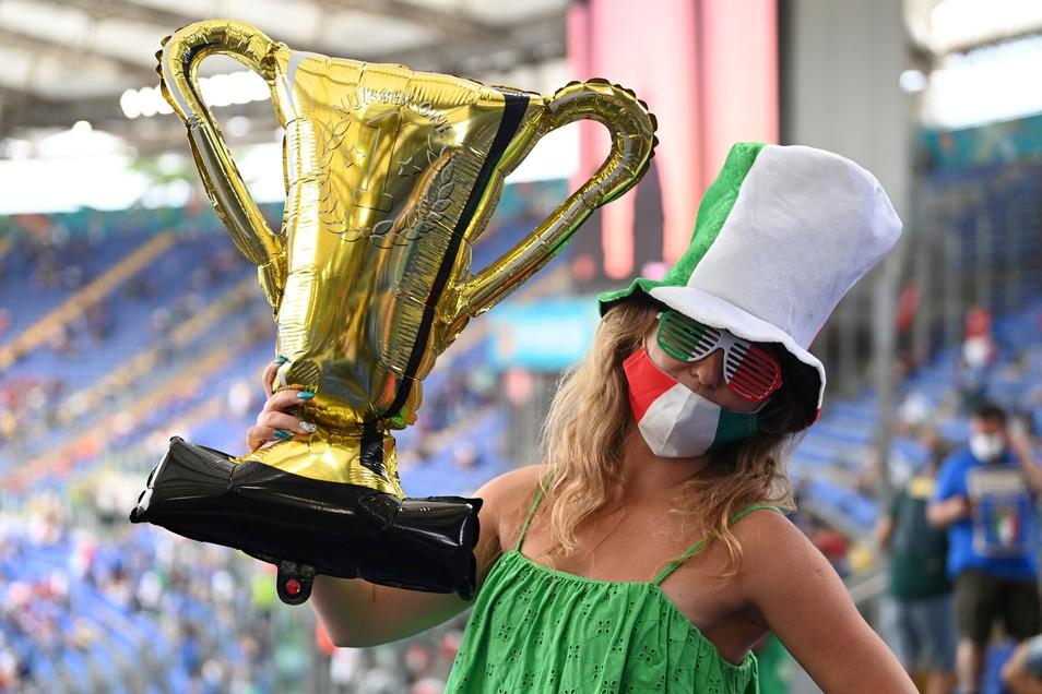 Eine Luftnummer? Mit einem Ballon in Form des EM-Pokals steht eine Anhängerin der italienischen Nationalmannschaft im Olympiastadion von Rom, die Squadra Azzurra traf im Eröffnungsspiel des Turniers auf die Türkei.