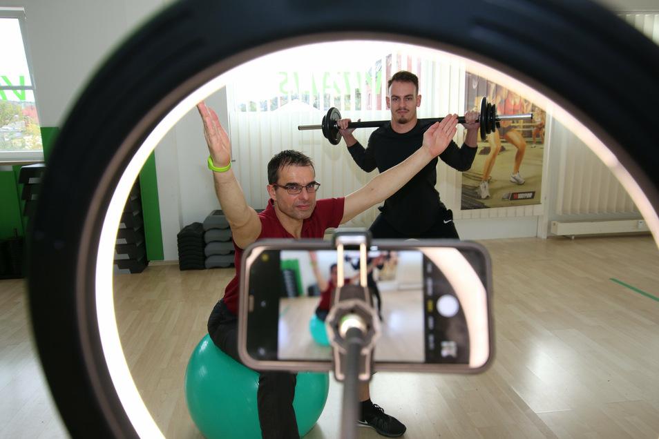 Steffen Ulbricht vom Fitnessstudio Vitalis in Waldheim setzt mit Kollege Max Schubert (hinten) auf Online-Sportangebote. Doch retten können die nichts.