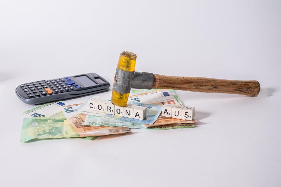 Viele Firmen, aber auch Privatpersonen müssen jetzt genau nachrechnen und sind auf die Hilfe der Banken angewiesen.