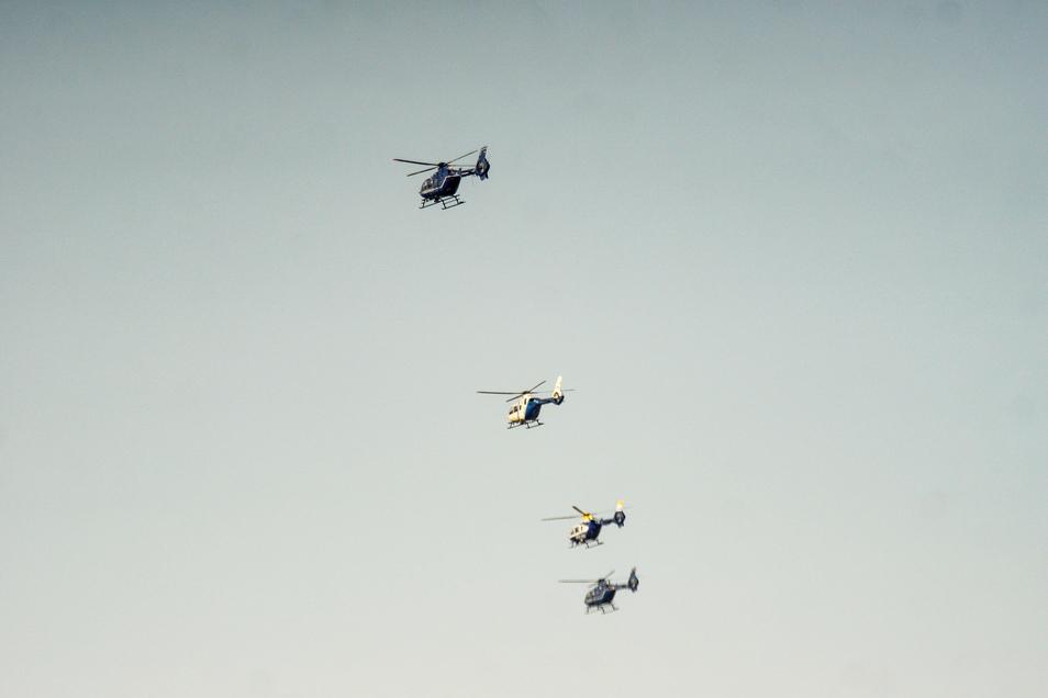 In Reih und Glied waren die Hubschrauber am Nachmittag auch am Dresdner Himmel zu sehen