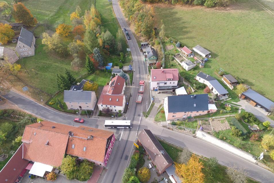 Die provisorische Ampel an der Niederfrauendorfer Kreuzung wird abgebaut. Noch regelt die den Verkehr. Bald entsteht dort ein Kreisel.