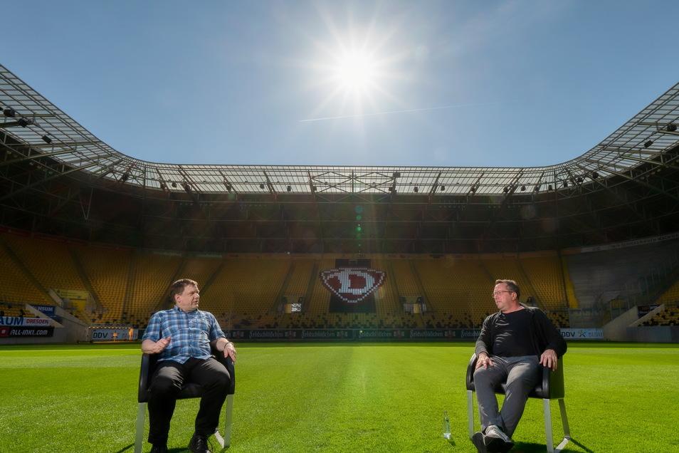 Treffpunkt Mittelkreis: Dynamo-Trainer Markus Kauczinski (r.) interviewt SZ-Sportredakteur Sven Geisler im Rudolf-Harbig-Stadion.
