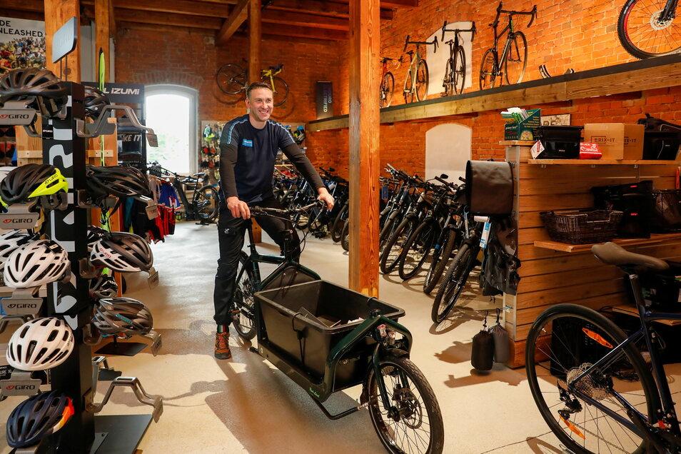 Dieses Lastenrad als E-Bike ist der Hingucker in seinem Geschäft.