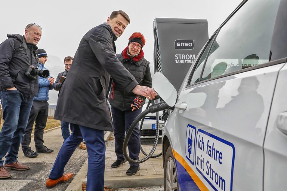 Gunnar Schneider (vorn) von der Enso und Bürgermeisterin Verena Hergenröder weihten die neue Ladesäule in Ebersbach ein und testeten sie gleich.