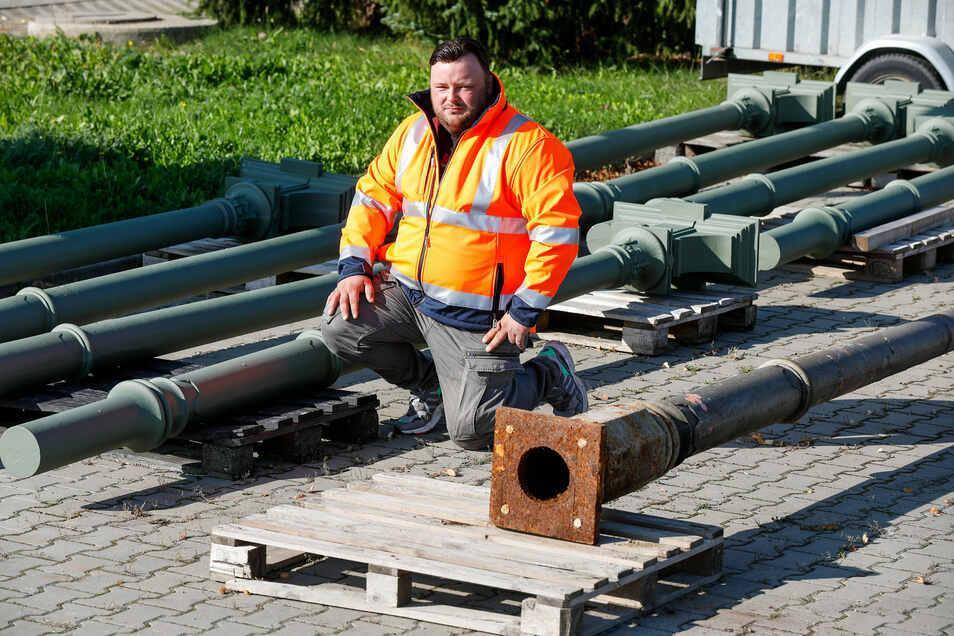 Marcel Pinkau von der Firma Kurz aus Cunewalde mit einer alten und den neuen Stützen des Bahnsteigdachs.