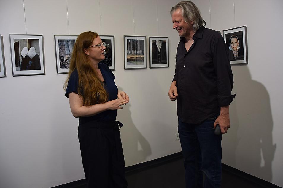 Künstlerin Yvonne Most und Laudator Michael Kruscha kamen bei der Vernissage ins Gespräch.
