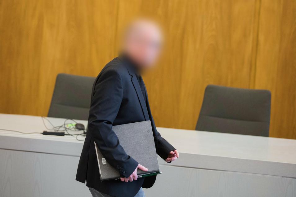 Der angeklagte Apotheker bei der Gerichtsverhandlung. Er muss 12 Jahre hinter Gitter.
