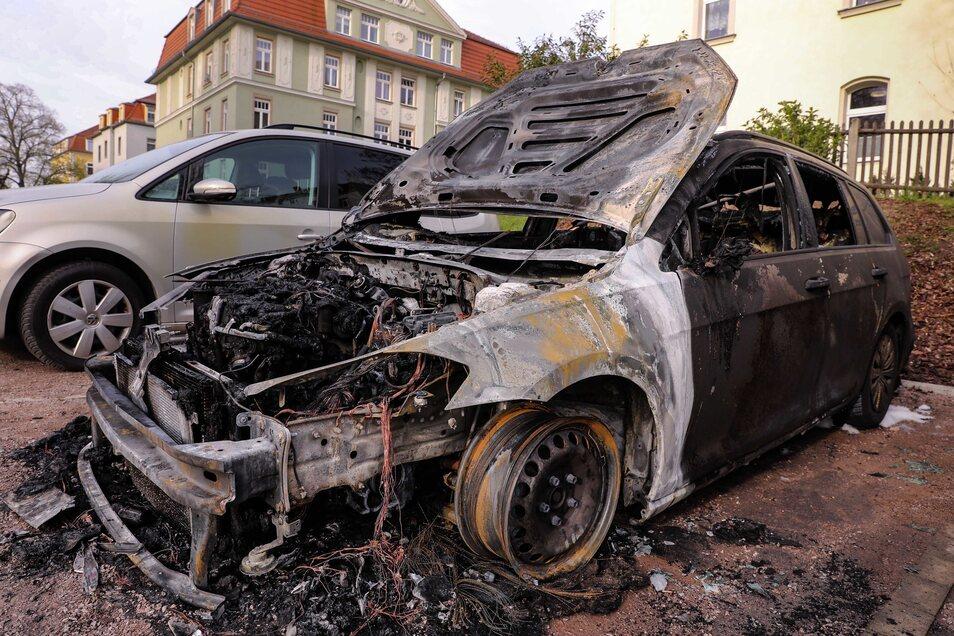 Diesen VW Golf soll die Verdächtige in der Nacht zum Mittwoch angezündet haben.