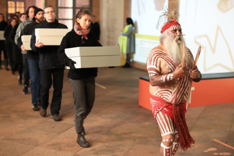 Major Sumner, Vertreter der australischen Ngarrindejeri Community, führt anlässlich der Übergabe von Gebeinen australischer Ureinwohner ein Prozession im Grassi Museum in Leipzig an.