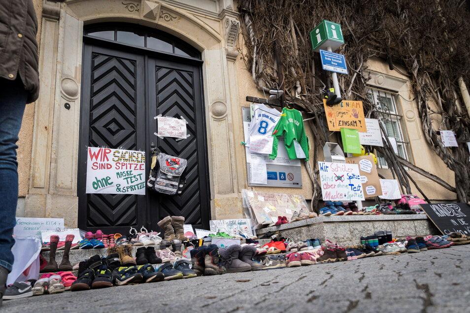 Mit vor dem Rathaus abgestellten Kinderschuhen hatten Riesaer in den vergangenen Tagen ihrem Ärger über Schul- und Kitaschließungen Ausdruck verliehen.