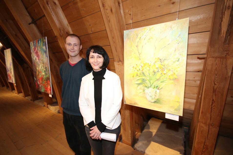 Die Döbelner Künstlerin Olga Scheck wurde zur Vernissage ihrer Ausstellung in der Burg Mildenstein von ihrem Sohn Reinhold auf dem Piano musikalisch begleitet.