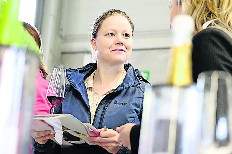 Claudia Ulbrich von Waffel & Kaffee in Altkö beim Probieren.