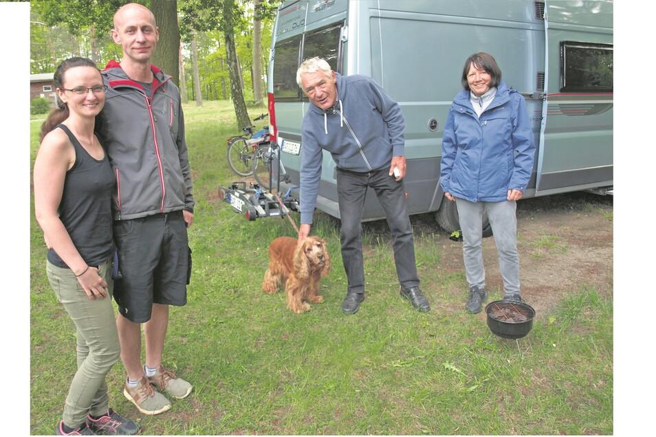 Jessica Mickolay und Conny Stark freuen sich über jeden Gast auf dem Campingplatz in Kromlau. In dieser Woche konnten sie auch Hans Schnitzler und Helga Teuber aus Berlin (v.l.n.r.) begrüßen, die mit ihrem Wohnmobil kamen.
