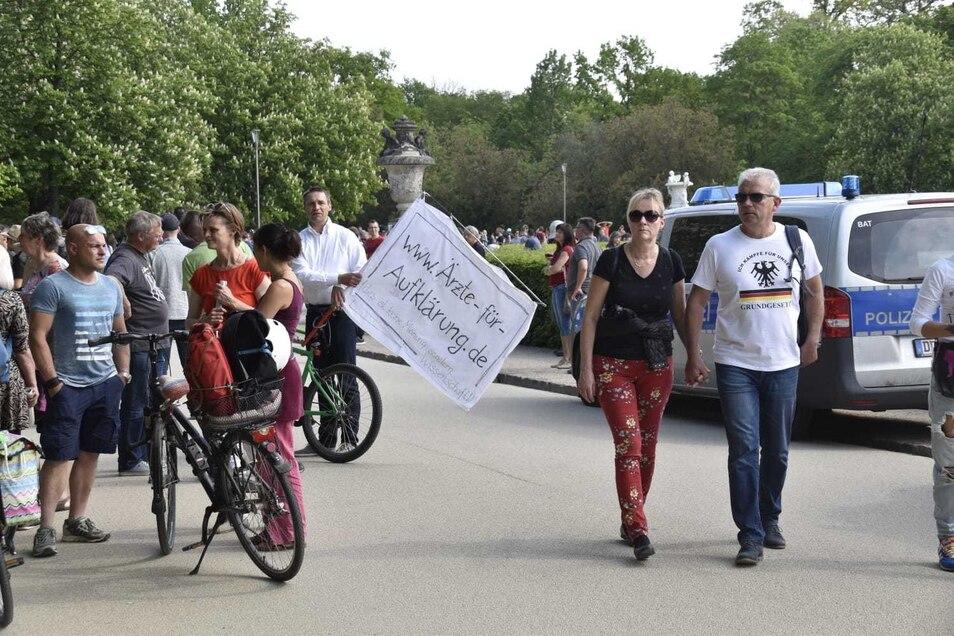 Mehrere Hundert Menschen treffen sich am Sonnabend regelmäßig am Palaisteich im Großen Garten, um gegen die staatlichen Maßnahmen der Epidemie-Bekämpfung zu protestieren.
