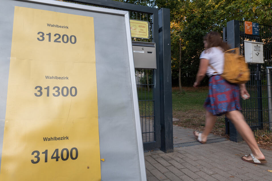 Ein Wahlhelfer kommt vor der Landtagswahl in Sachsen zu einem Wahllokal.