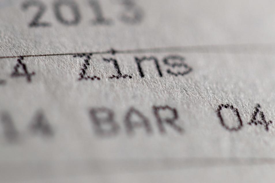 Im Schnitt geht es für es für sächsische Sparkassenkunden mit Prämiensparverträgen um 3.100 Euro, haben Verbraucherschützer ausgerechnet.