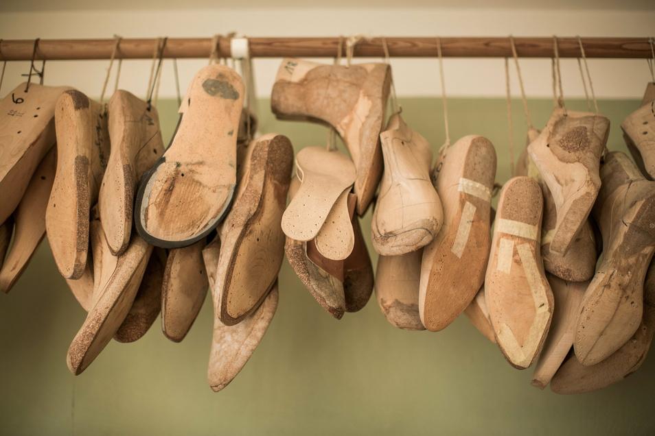 Leisten aus Holz bezieht Alexander Preiss als Rohlinge. Im Nachgang passt er sie an die Fußform und die gewünschte Schuhform an. Für ähnliche Schuhe kann er immer wieder darauf zurückgreifen.