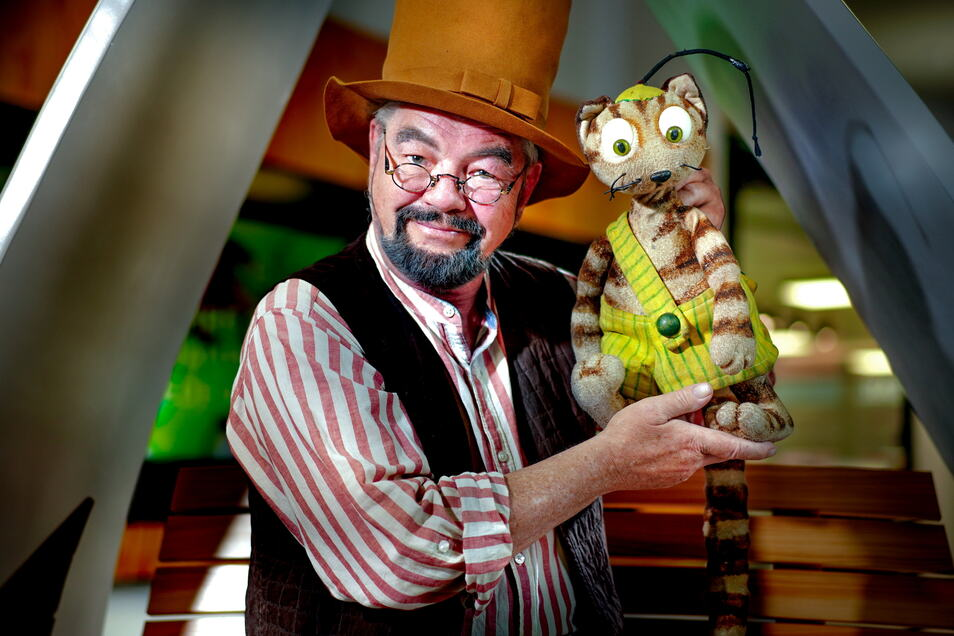 Puppenspieler Grigorij Kästner-Kubsch als Pettersson und Findus zugleich - zu erleben auf der Sommerbühne am Haus der Presse.