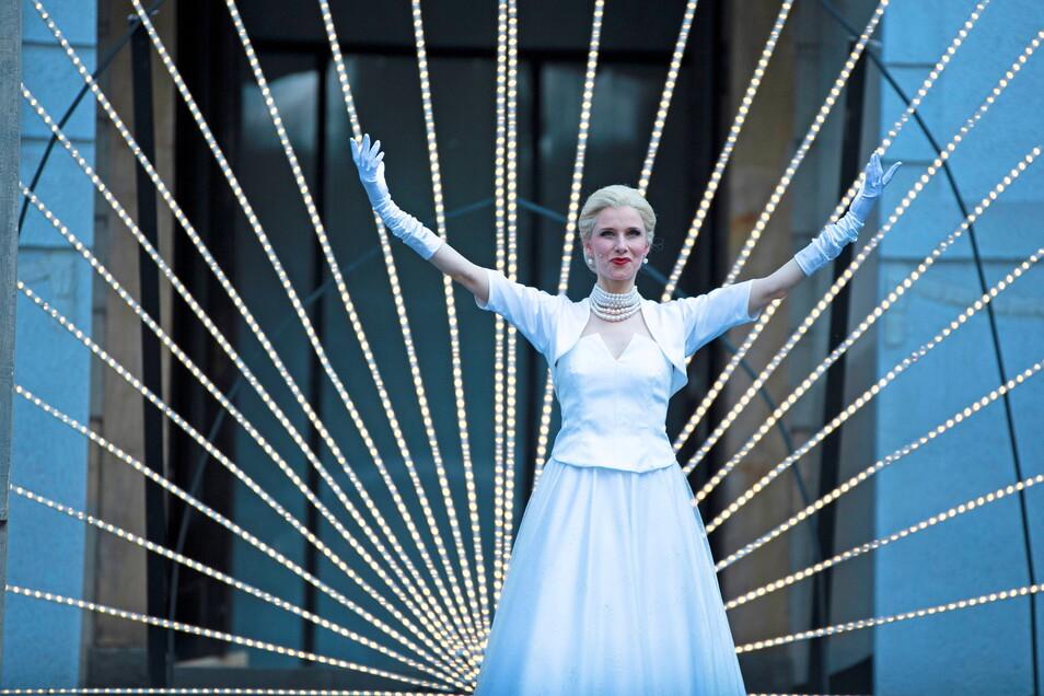 Anna Gössi als Evita im Görlitzer Sommertheater mit der Stadthalle als Kulisse.